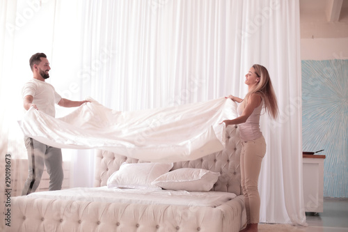 Fotomural happy couple fun covers of their bed
