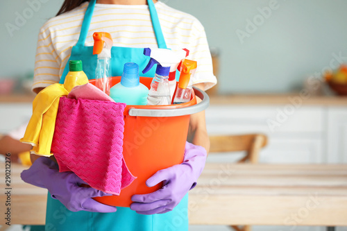 Cuadros en Lienzo  Woman with cleaning supplies in kitchen