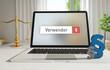 Verwender – Laptop Monitor im Büro mit Begriff im Suchfeld. Paragraf und Waage. Recht, Gesetz, Anwalt.