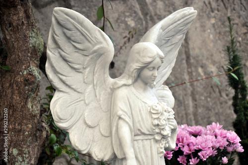 Friedhofsengel, ein schöner weißer Grabengel aus Marmor als Schutzgeist für den Verstorbenen