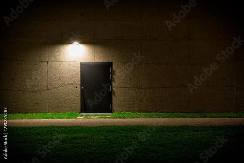 Fotografía Tür in der Wand bei Nacht 865616