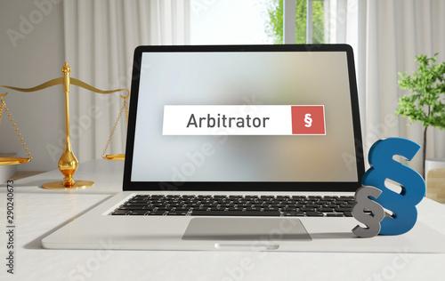 Photo Arbitrator – Laptop Monitor im Büro mit Begriff im Suchfeld