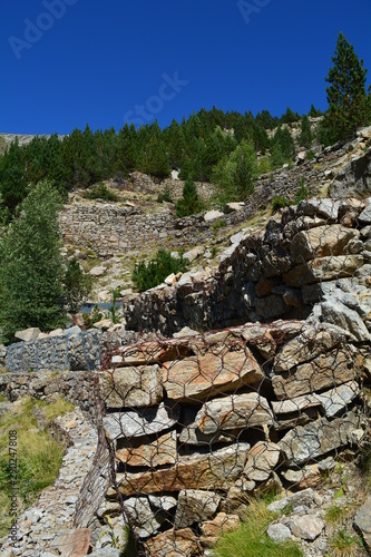 Gabion murs murets en montagne pour éviter les avalanches et éboulements Canvas Print