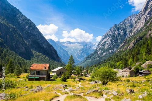 Vista delle montagne in Val di Mello, Italia Wallpaper Mural