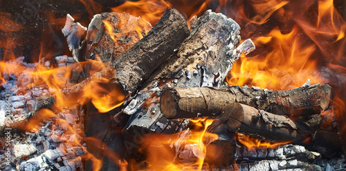 Photo sur Aluminium Texture de bois de chauffage burning firewood for barbecue