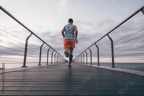 Uomo che corre vicino al mare Canvas Print