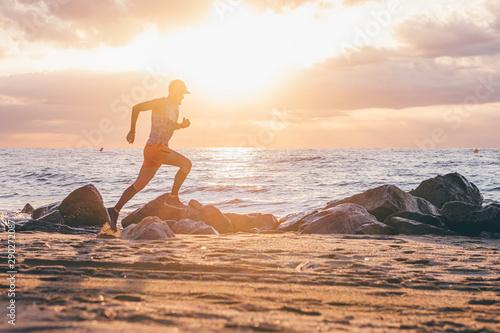 Foto Uomo che corre vicino al mare