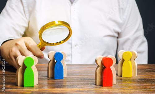 Fotografía  Groups of multicolored wooden people and businessman