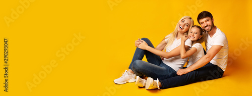 Valokuva Family Of Three Relaxing Together Sitting On Floor, Studio, Panorama