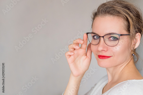 Photographie  portrait of an attractive adult woman with glasses on a white background copy sp