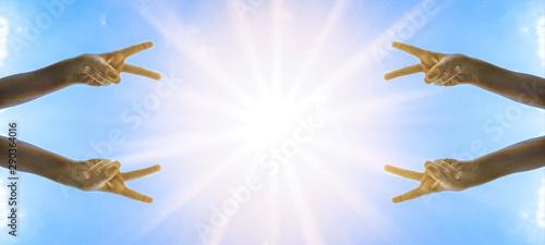 Fototapeta  Kinderhand Victory-Zeichen / peace - Hintergrund blauer Himmel mit Sonne