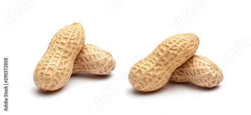 Fotomural  Dried peanuts in peel closeup isolated on white background