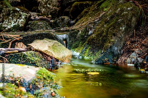 Mały wodospad na górskim potoku
