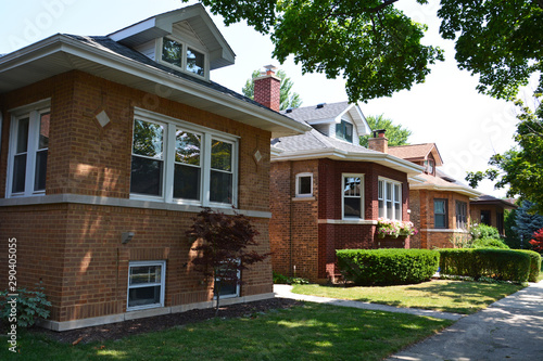 Fotomural Mid-Century bungalows built from 1910 to 1930 are typical to Chicago and it's surrounding suburbs