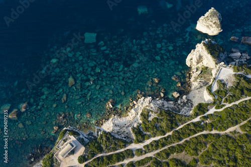 Photo  View from above, stunning aerial view of a white limestone cliff and rock formations bathed by a turquoise clear water, Bonifacio, South of Corsica, France