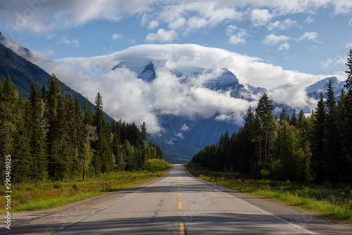 piekny-widok-yellowhead-autostrada-z-gora-robson-w-tle-podczas-chmurnego-lato-ranku-wykonano-w-kolumbii-brytyjskiej-w-kanadzie
