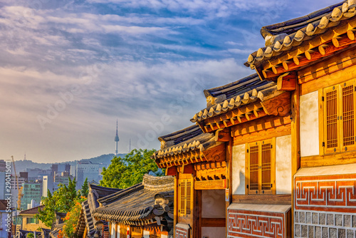 Foto auf AluDibond Dunkelgrau Sunrise of Bukchon Hanok Village in Seoul, South Korea.