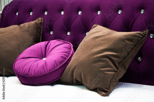 Foto auf AluDibond Huhn The image of the pillow lying on the bed.