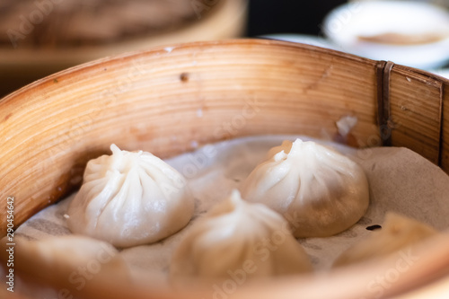 Fotografía  Close up white dim sum ha gow on wooden basket