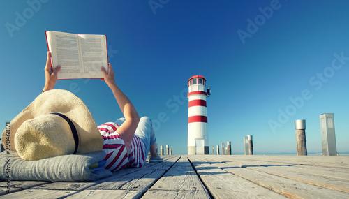 Buch lesen am Leuchtturm #290461071