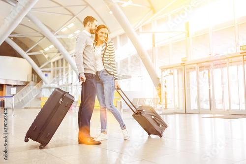 Fotografie, Obraz Paar verreist gemeinsam mit Gepäck am Flughafen