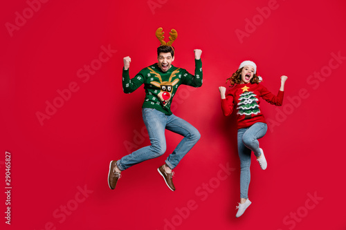 Stampa su Tela  Full length photo of amazed lady and guy jumping excited by x-mas prices wear ug