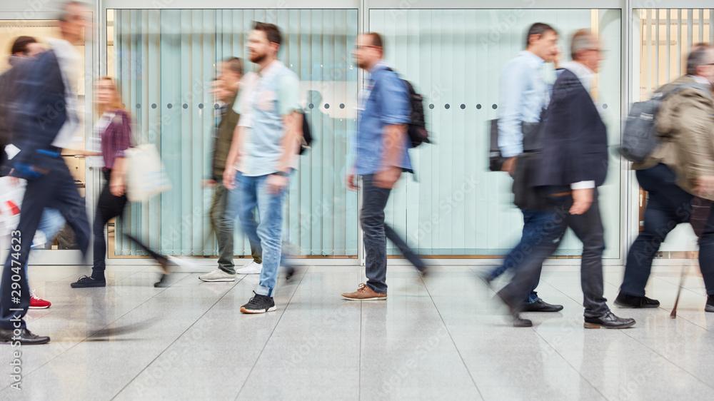 Fototapeta Anonyme Geschäftsleute gehen durch Büro