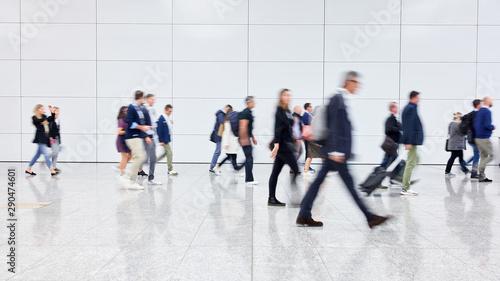 Fototapeta Anonyme Menschenmenge auf Messe oder Flughafen