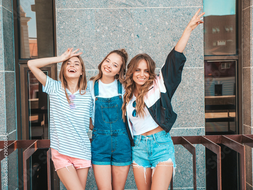 Pinturas sobre lienzo  Portrait of three young beautiful smiling hipster girls in trendy summer clothes