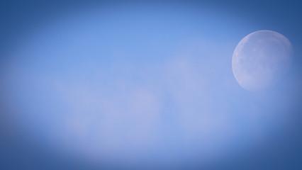 Zachodzący księżyc widoczny na niebie o poranku