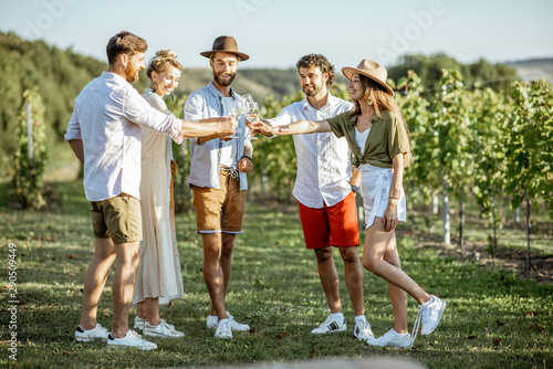 Pinturas sobre lienzo  Group of young friends dressed casually hanging out together, tasting wine on th