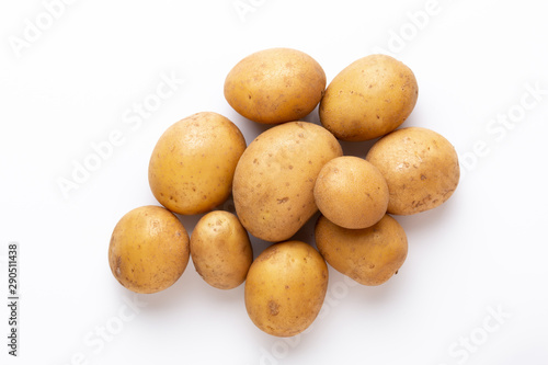 Stickers pour portes Fleur Potatoes isolated on white background. Flat lay. Top view.