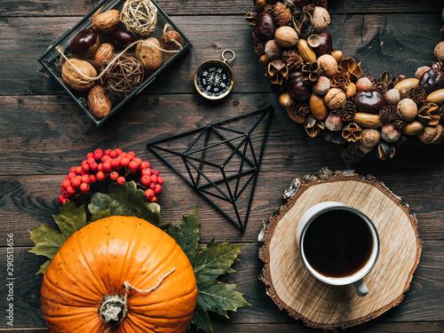 Fototapeta Kawa i dynia jesiennie na drewnianym tle obraz