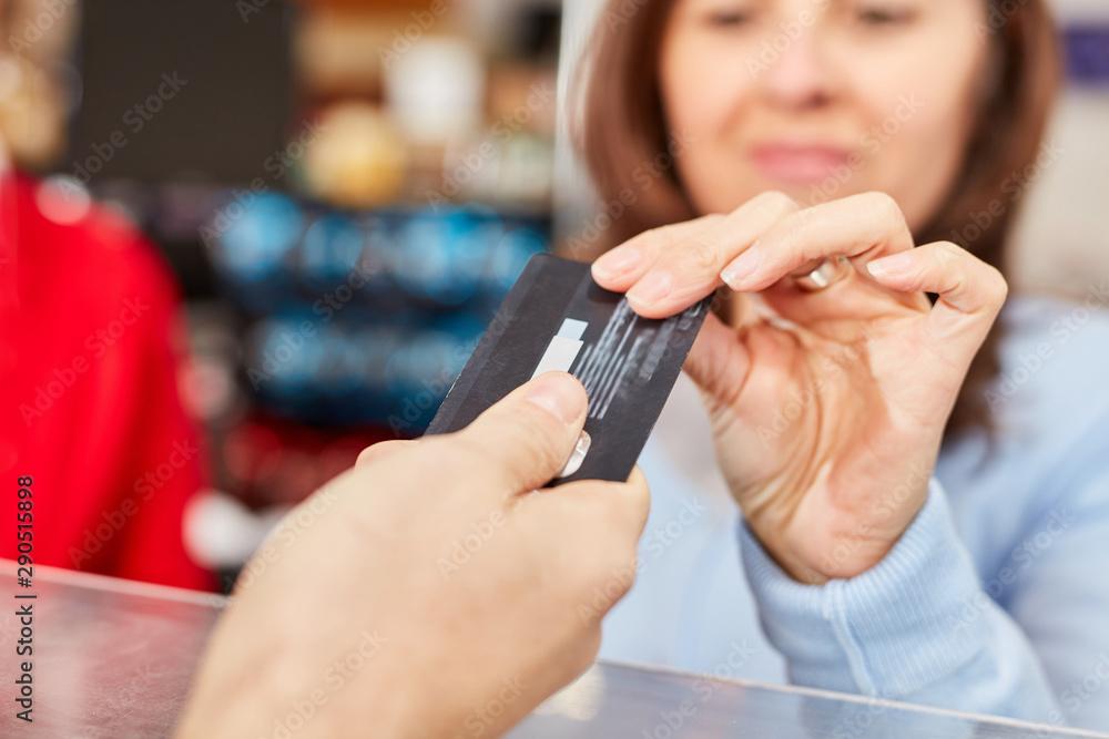 Fototapety, obrazy: Kundin mit Kreditkarte oder Kundenkarte