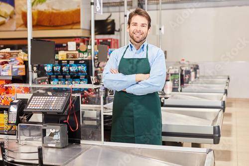 Photo Kassierer oder Verkäufer in grüner Schürze