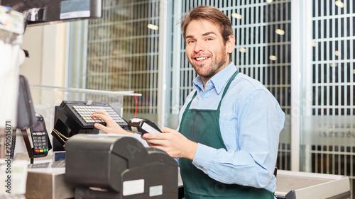 Photo Kassierer an der Registrierkasse im Einzelhandel