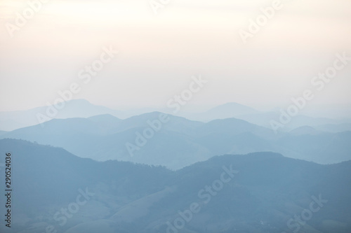 Photo montanhas sob névoa