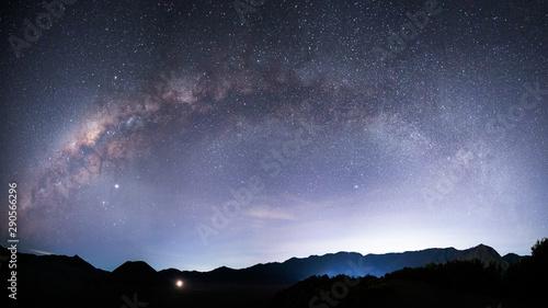 piekny-nocny-krajobraz-z-sylwetka
