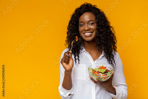 Stampa su Tela Happy african american woman eating healthy salad
