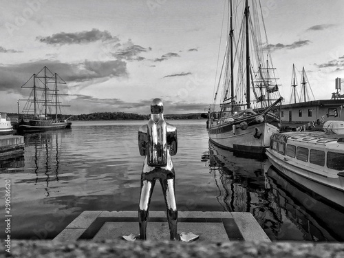 Foto op Canvas Historisch mon. Statue at harbor against cloudy sky