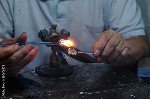 Photo Artesão fazendo enfeite de cristal