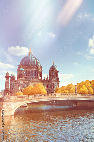Foto Berlin Cathedral with a bridge over Spree river in Autumn