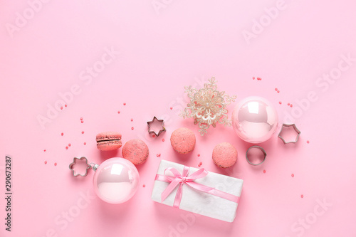 Foto auf Gartenposter Macarons Beautiful Christmas composition on color background