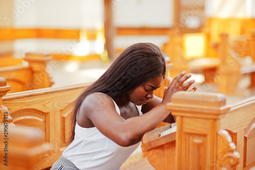Canvas Print African american woman praying in the church