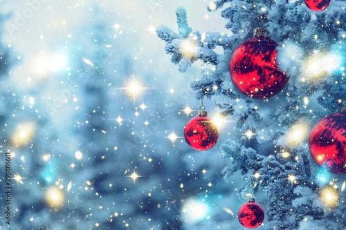 Cuadros en Lienzo  Border winter nature christmas background, frozen spruce, glitter lights, bokeh, snow
