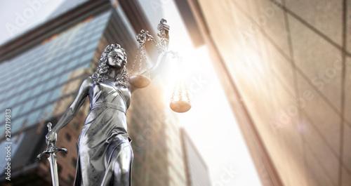 Fotografía  Justitia Statue in der Großstadt