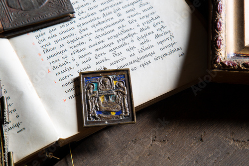 Photographie  Bible and icons. Old book and icons of the 19th century .