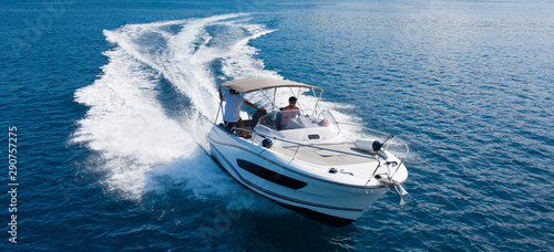 Fotografia High speed motor boat on open sea.