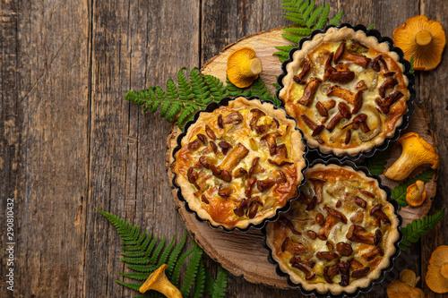 Fényképezés  savory tartlets with chanterelle and onion  on wooden background
