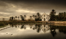 Ermita Cristiana Junto A Orilla Río Albufera En Atardecer Dorado